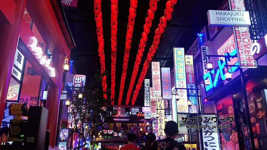 ハリボテ感のある看板|まるで東京 歌舞伎町!?ホーチミン郊外の居酒屋 チルタウン